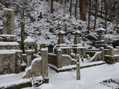 雪に埋もれたお墓