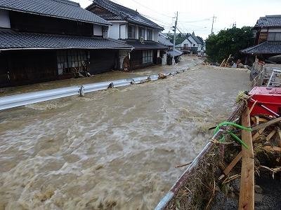 氾濫した川に最接近