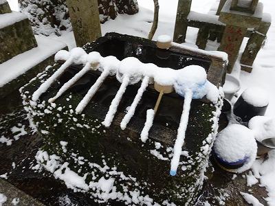 雪の手水鉢