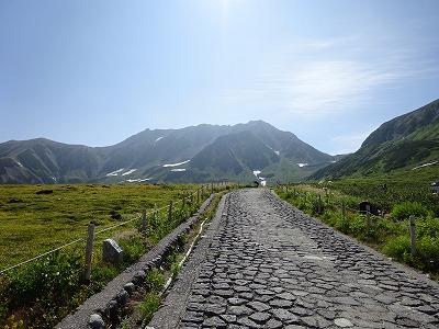 石畳の向こうに立山