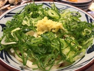 うどんに大量葱と生姜トッピング(無料)