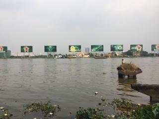 サイゴン川(多分)からのハイネケン看板