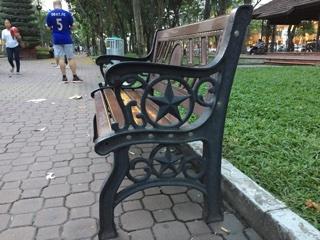 公園の椅子にもベトナムの☆マーク