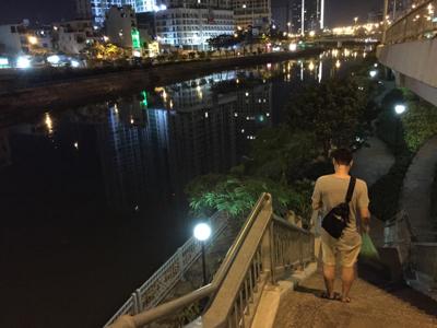 サイゴン川沿いを歩いて…
