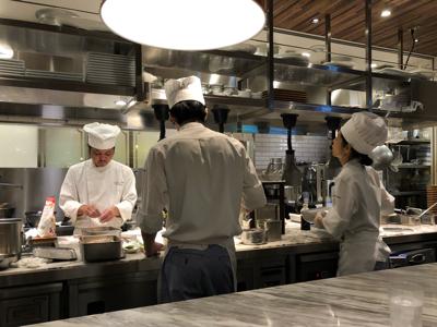 カウンター席前の厨房