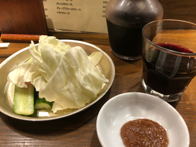 お通しの味噌キャベツ+赤ワインデキャンタ