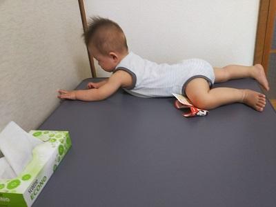 机にのる息子