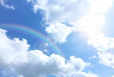晴れた空に虹