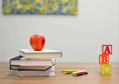 本とリンゴと色鉛筆