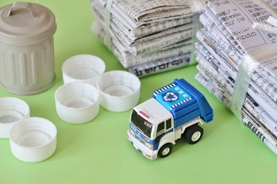 ゴミ収集車と資源ごみ