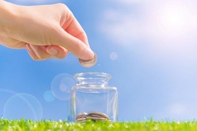 小銭を瓶に貯める