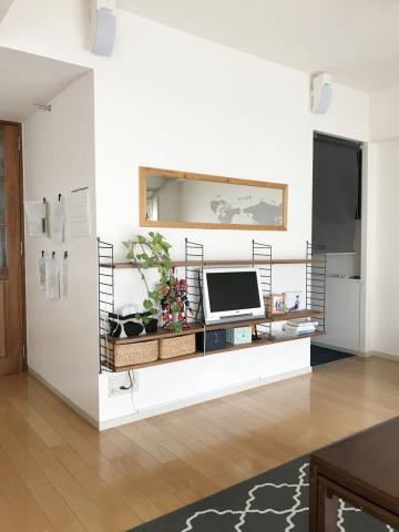 リビングのテレビ台は壁面収納string shelf