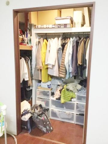 枕棚に収納する物 (1)
