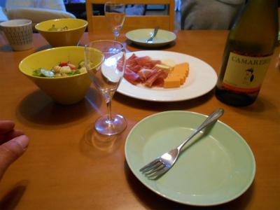 4.13チース、サラダでワイン