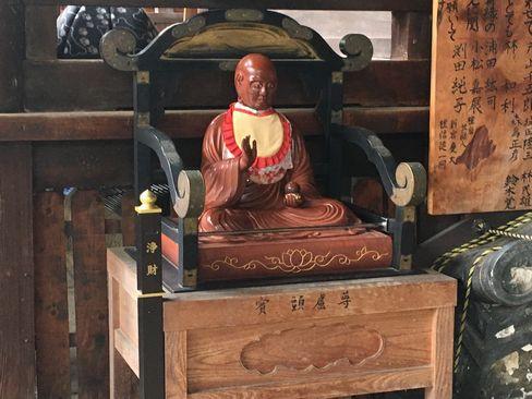 因幡薬師・本堂前のおびんづる像_H29.11.04撮影