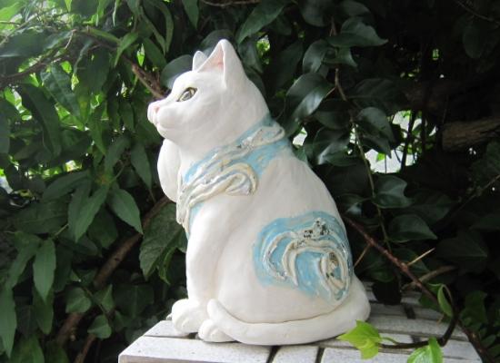 波模様の白猫 招き猫 横向き