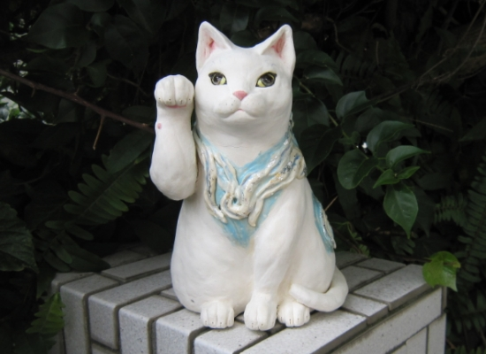 波模様の白猫 招き猫 正面