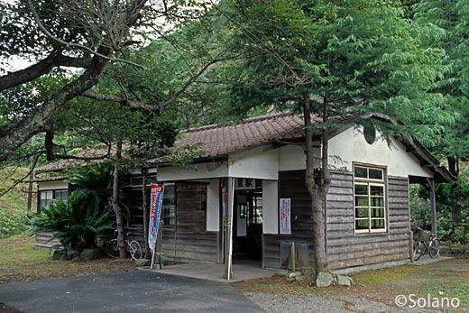 山陰本線・湯里駅、味わい深い木造駅舎