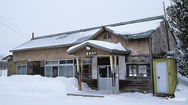 宗谷本線・雄信内駅、雪の中の木造駅舎