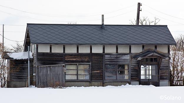 標津線廃線跡、現役さながらの奥行臼駅の木造駅舎