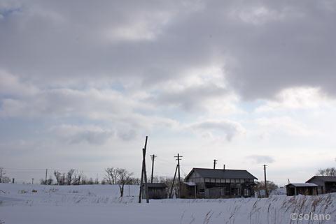 廃止された標津線、奥行臼駅跡の風景