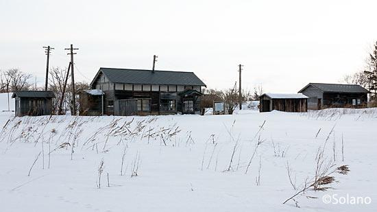標津線廃線跡、奥行臼駅の駅本屋と周囲の木造建築