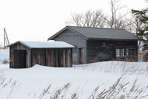 奥行臼駅跡の木造建築物、保線車両車庫と詰所