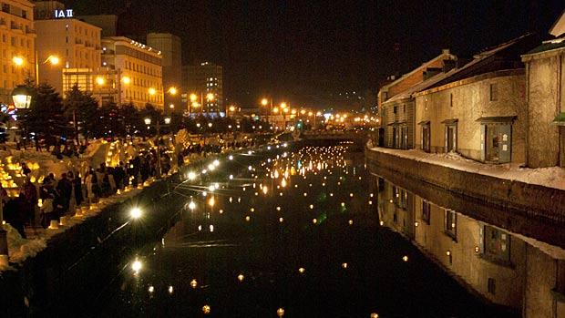 夜の小樽市内、ライトアップされる小樽運河
