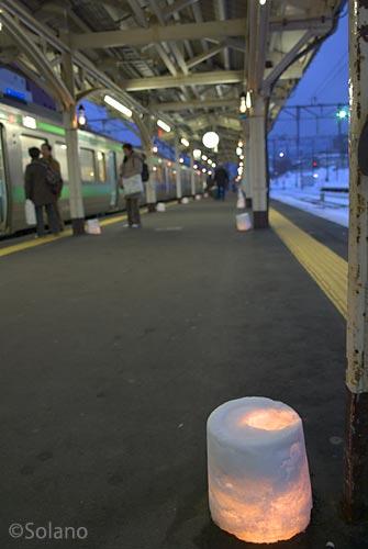 JR函館本線・小樽駅、ささやかなスノーキャンドルが