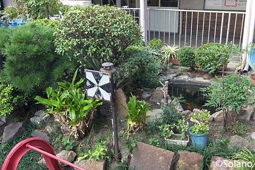南海高野線(汐見橋線)、汐見橋駅車止め側の池庭