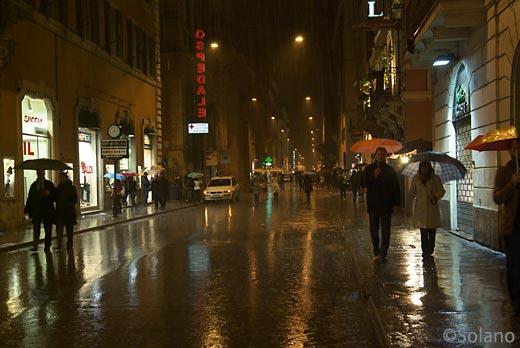 イタリア、雨に濡れるローマの街
