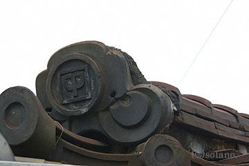 JR吉備線・備前一宮駅、中国鉄道の社紋入りの屋根瓦