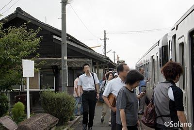 備前一宮駅に到着した列車に乗り込む人々