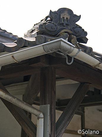 移築された服部駅旧駅舎、中国鉄道の社紋入り屋根瓦