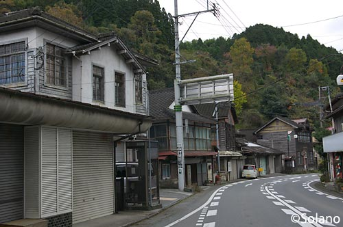 JR九州・大行司駅のレトロな木造建築物が並ぶ駅前