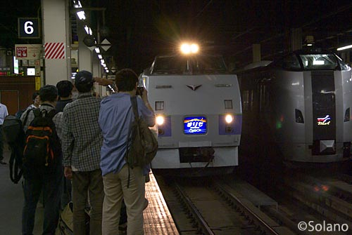 札幌駅に入線した釧路行きの夜行特急列車まりも