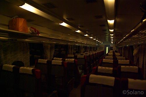 札幌発釧路行き夜行特急列車まりも、車内減光