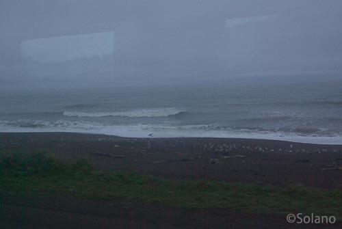 釧路行き夜行特急列車まりも車窓、夜明け前の太平洋