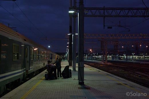 イタリア、夜が明けきらぬローマの駅に到着したウディネからの夜行列車