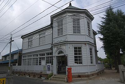 洋風建築の旧総社警察署。現在は総社市まちかど郷土館