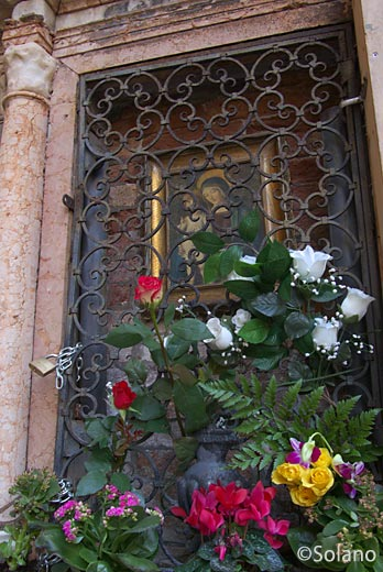 イタリア・ヴェネツィア、街角の聖母マリアとキリストの絵画