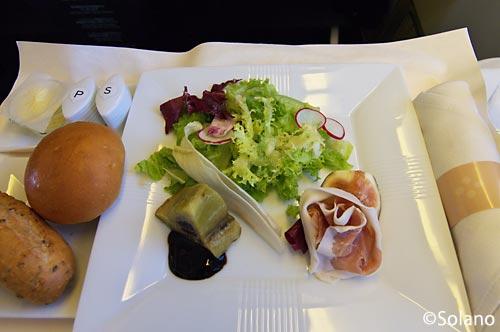 JALビジネスクラス機内食、生ハムサラダ