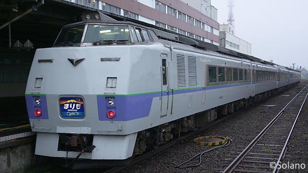 釧路に到着した夜行特急列車まりも、国鉄型のキハ183系気動車