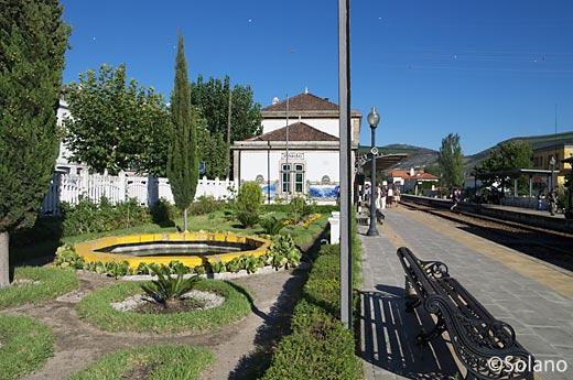 ポルトガル鉄道・ドウロ戦、ピニャオン駅。駅の中の庭園