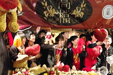 香港の年末、旧正月前の年宵花市。若い人達の呼び込み