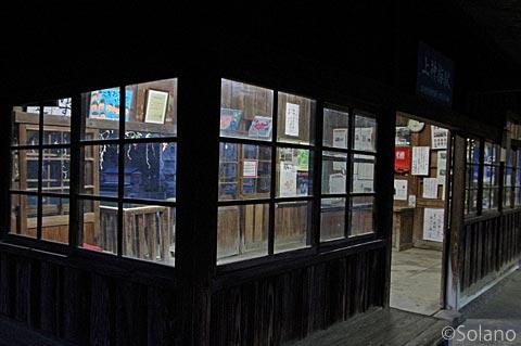 わたらせ渓谷鉄道・上神梅駅、夜の闇に浮かぶ木造駅舎