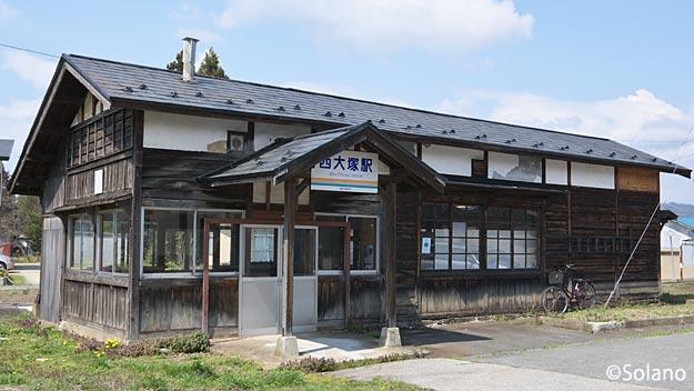 写真展会場のフラワー長井線西大塚駅の木造駅舎