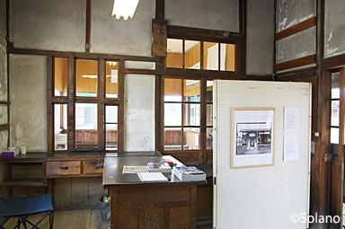 山形鉄道・西大塚駅、木造駅舎写真展の様子1