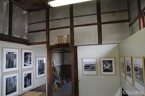 山形鉄道・西大塚駅の駅舎が会場の木造駅舎写真展