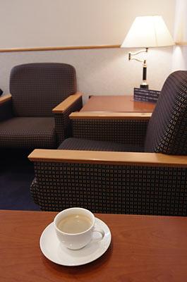 那覇空港サクララウンジでコーヒー